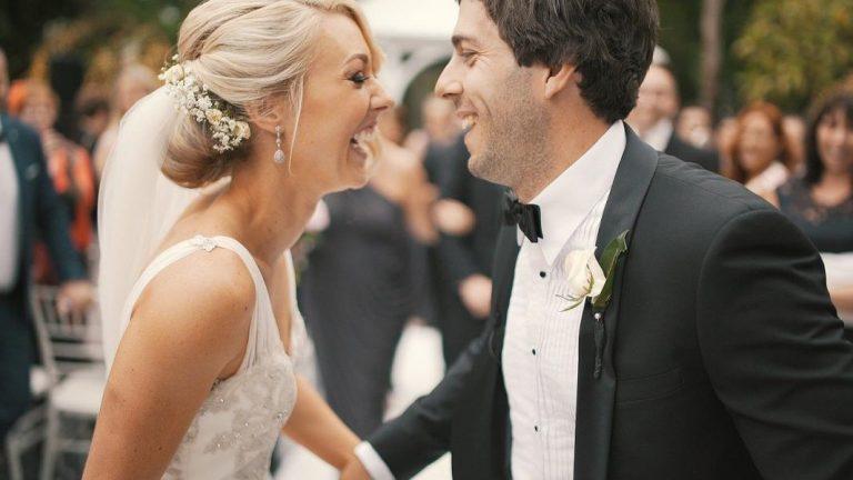 Les mariés sont heureux de leur fête