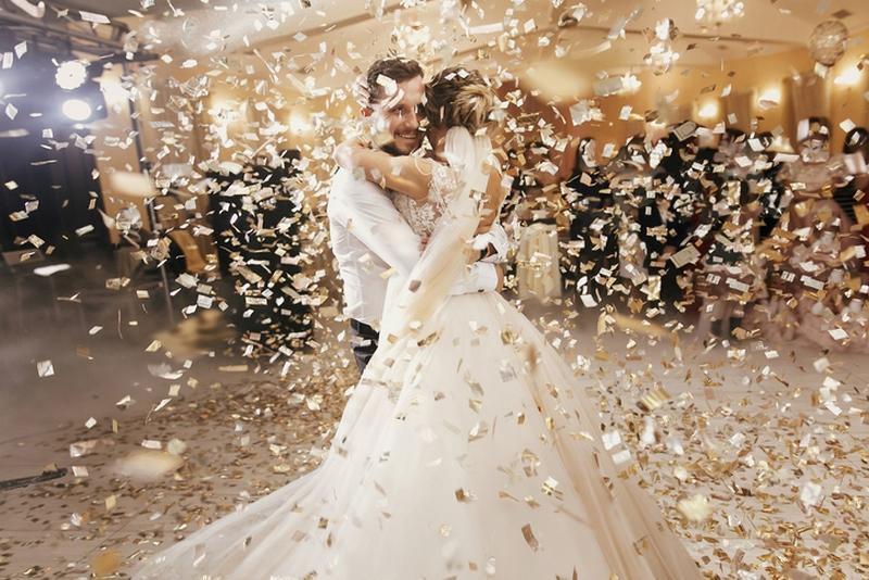 Les mariés ouvre le bal de leur soirée de mariage dans le beaujolais